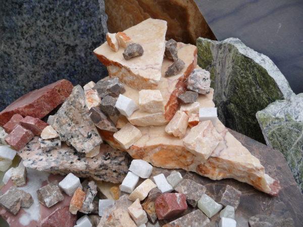 Mosaïc Concept, Atelier de mosaïque : echantillons de marbres et granits