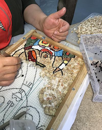 Mosaïc Concept, atelier de mosaïque : Cours de mosaïque : interprétation d'un tableau en marbres et émaux de Venise