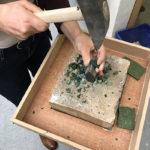 Atelier Mosaïc Concept, cours de mosaïque : Taille d'émaux de Venise à la marteline et au tranchet